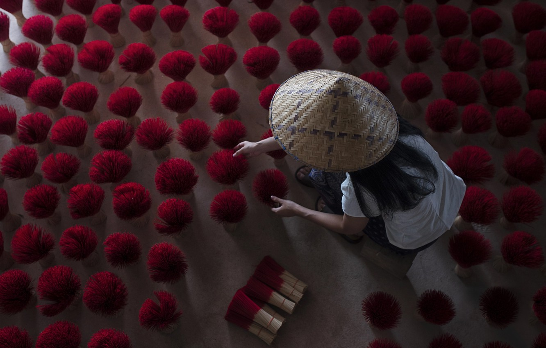 Photo wallpaper girl, work, Vietnam, aromatherapy, brooms