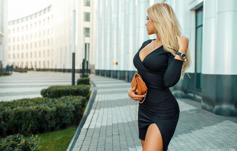 Photo wallpaper the sun, pose, street, model, home, makeup, figure, dress, hairstyle, blonde, handbag, is, the sidewalk, …