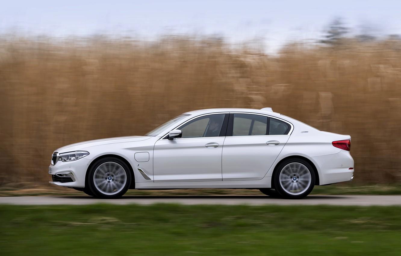 Photo wallpaper white, grass, BMW, profile, sedan, hybrid, 5, four-door, 2017, 5-series, G30, 530e iPerformance